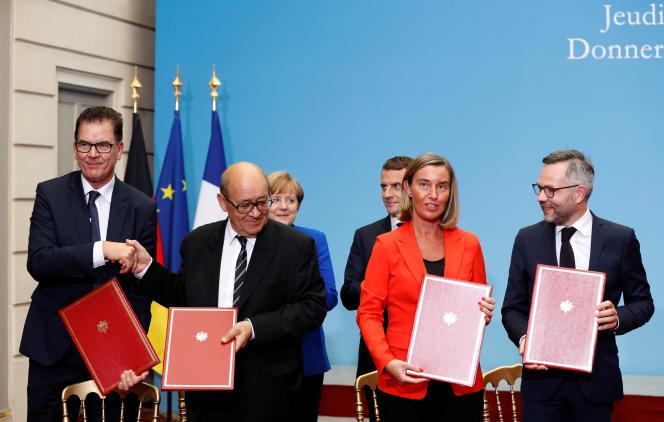 Signature de l'Alliance Sahel, au palais de l'Elysée, à Paris, le 13 juillet 2017. Au premier plan, de gauche à droite : le ministre allemand de l'intérieur Thomas de Maizière, le ministre français des affaires étrangères Jean-Yves Le Drian, la cheffe de la diplomatie européenne Federica Mogherini, et le ministre adjoint allemand aux affaires européennes Michael Roth.