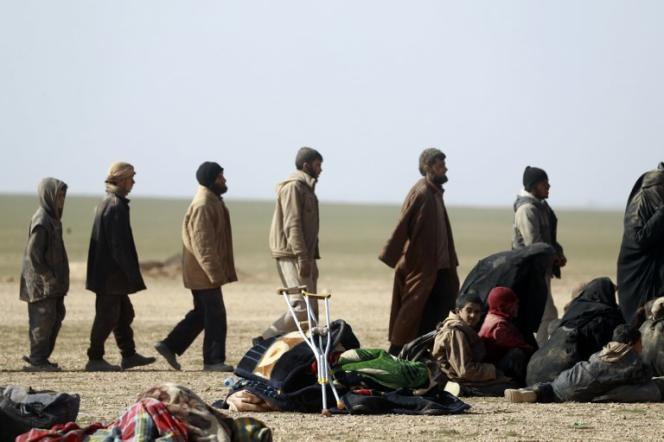 Contrôle d'identité effectué auprès de civils par des troupes kurdes syriennes, à Baghouz (Syrie), le 26 janvier.