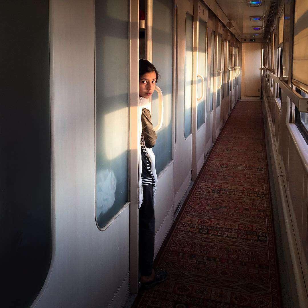 Une jeune fille dans un train roulant vers Yazd.