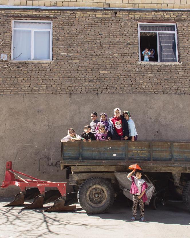 Les enfants prennent la pose dans la camion agricole à Hamedan, Iran 2018.