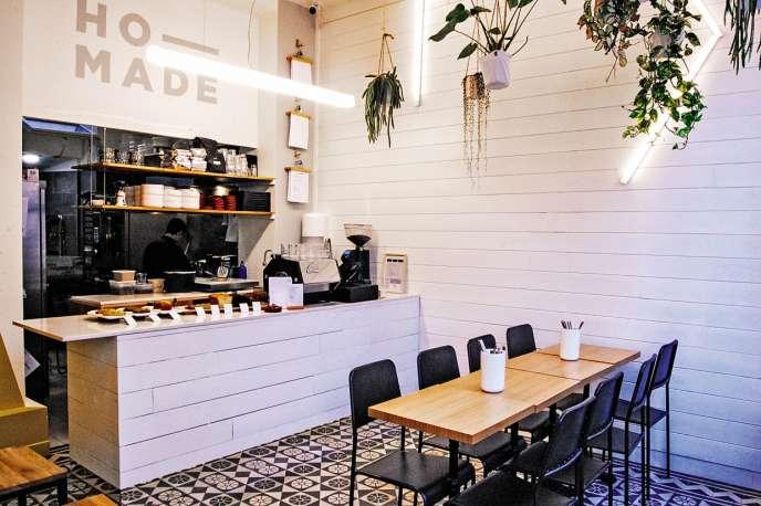 Dans le coffee shop californien Ho-Made, tout est clair, le décor est fait de bois, de plantes et de néons.