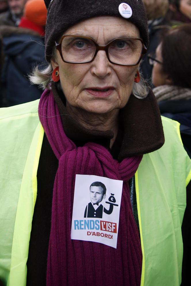 L'autocollant« Rends l'ISF d'abord» sur le gilet jaune d'une manifestante à Paris, le 5 février.