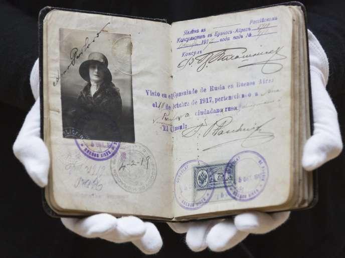 Le passeport de la danseuse russe Anna Pavlova (1881-1931), vendu 17500 livres (20000euros) chez Christie's, à Londres, le 1erdécembre2015.