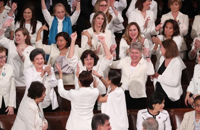 Les élues démocrates se félicitent du nombre record de femmes au Congrès.