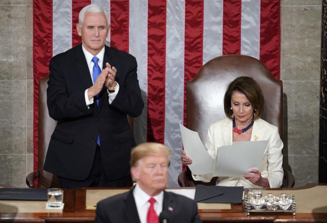 Le vice-président Mike Pence applaudit debout alors que Nancy Pelosi reste assise pour consulter la copie du discours de Donald Trump devant le Congrès à Washington le 5 février.
