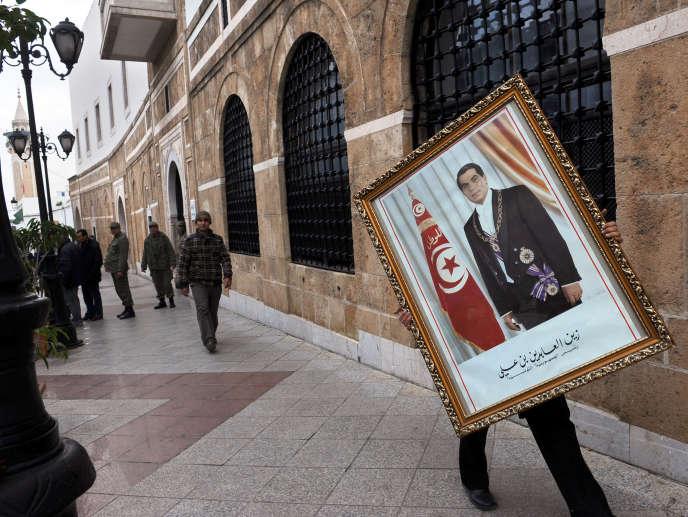 Le portrait de l'ancien homme fort de Tunisie, Zine El-Abidine Ben Ali, remisé après le départ en exil de ce dernier, le 14 janvier 2011.