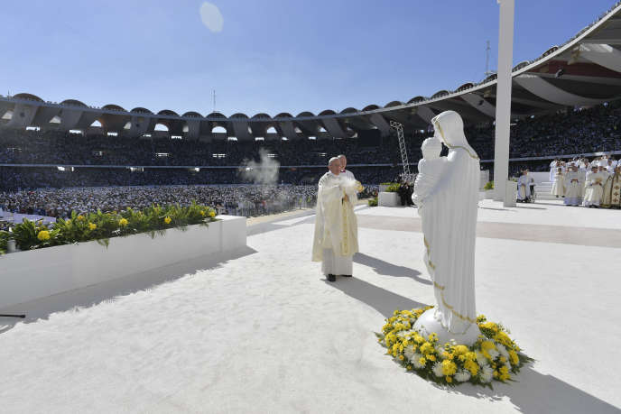 Le pape François célébrant la messe devant près de 170 000 fidèles, à Abou Dhabi, le 5 février.