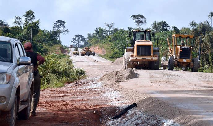 Construction d'une route dans l'est de la Côte d'Ivoire, en novembre 2015.