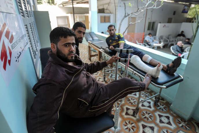 Des patients blessés lors de la«marche du retour» palestinienne dans la salle d'attente de la clinique de MSF à Gaza, le 25 avril 2018.