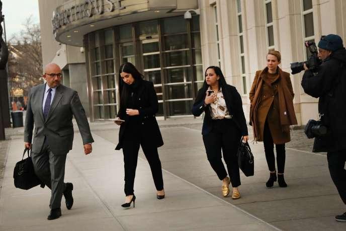 La femme (au centre en habits noirs) de Joaquin Guzman, dit «El Chapo», sort du tribunal de Brooklyn à New York, mardi 5 février.