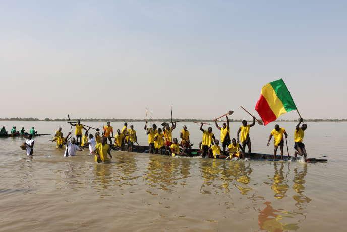 L'arrivée de la course de pirogues, à l'occasion de la quinzième édition du festival Ségou'Art, au Mali.