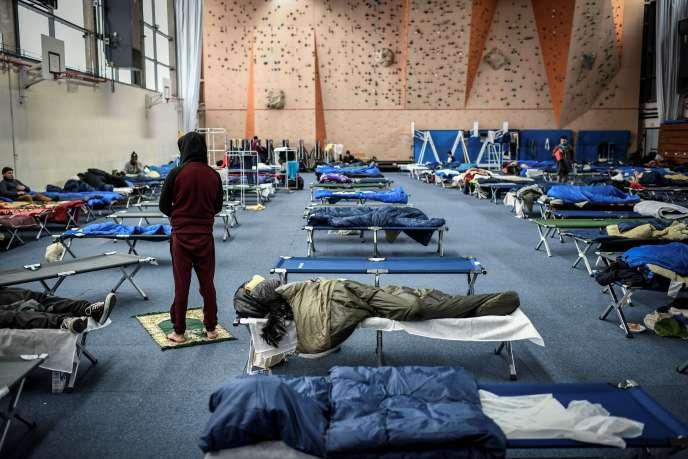 Des migrants séjournent dans le gymnase Jean-Bouin, dans le XVIe arrondissement de Paris, réquisitionné pour accueillir 150 personnes, le 31 janvier 2019.