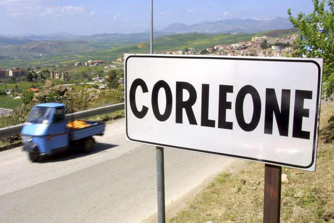 L'entrée de Corleone (Sicile), ville natale de plusieurs parrains de la Mafia, en 2006.