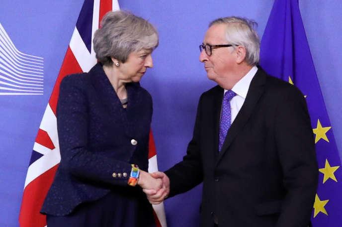 Theresa May, la première ministre britannique, et Jean-Claude Juncker, le président de la Commission européenne, à Bruxelles, le 7 février.
