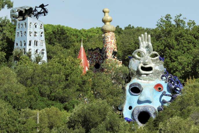 Les sculptures de l'artiste Niki de Saint Phalle regardent la campagne verdoyante de la Toscane, en Italie, le 16 septembre 2013.