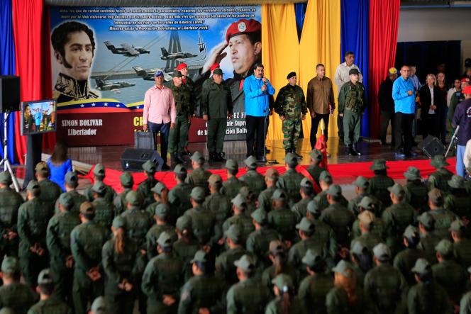 Le président vénézuélien Nicolas Maduro, devant des militaires, le 6 février à Maracaibo.