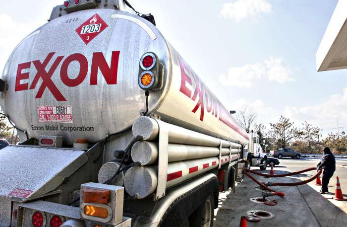 Un camion-citerne d'Exxon se ravitaille dans une station d'Arlington, en Virginie (Etats-Unis), en 2010.