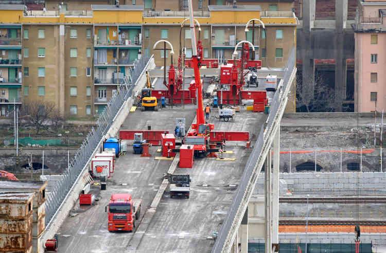 Le viaduc autoroutier qui traversait la ville s'est effondré le 14 août, faisant 43morts etde nombreux blessés.