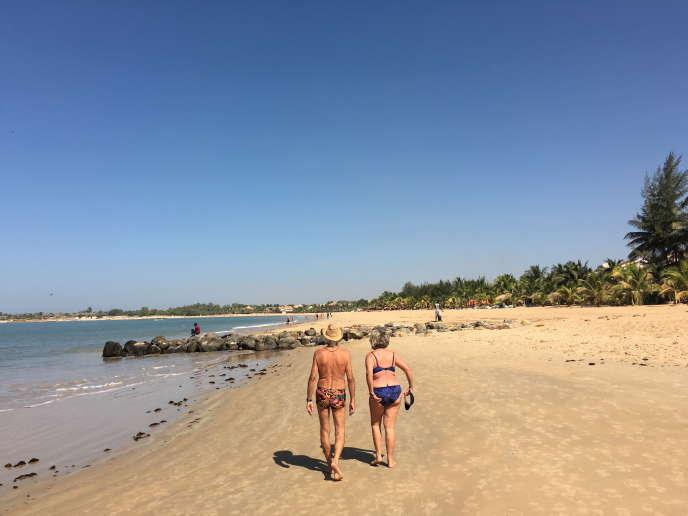 Un couple de touristes sur une plage de Saly Portudal, au Sénégal, en mars 2016.