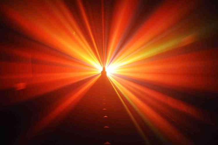"""« Etienne Rey rend ici un hommage au film """"2001 l'Odyssée de l'espace"""", sorti quelques mois avant les premiers pas d'Amstrong sur la Lune.Le film culte de Stanley Kubrick a marqué des générations de cinéphiles et d'amateurs de science-fiction en amenant la conquête spatiale vers une quête philosophique sur la naissance de l'humanité et son extension par le développement des intelligences artificielles. La sculpture de lumière psychédélique d'Etienne Rey s'inspire librement de la fin du film qui a donné lieu à de multiples interprétations.»"""