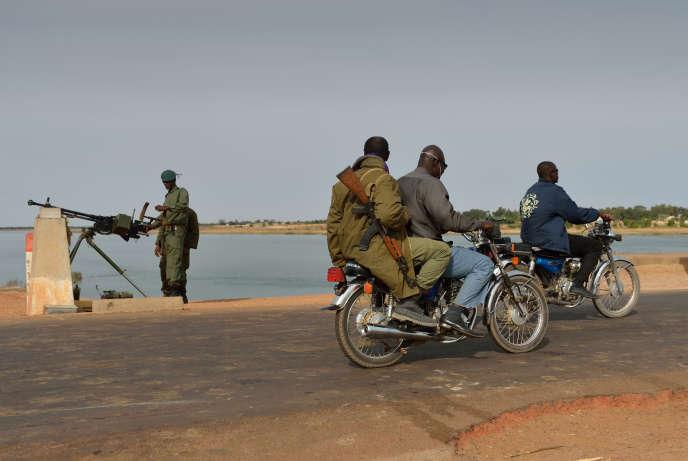 Un soldat malien contrôle le passage d'un pont sur le fleuve Niger, près de Markala, dans le centre du Mali, en janvier 2013.