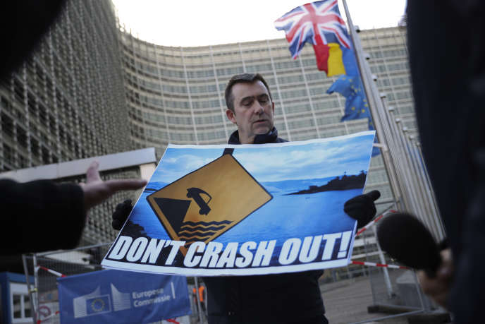 Un manifestant anti-Brexit devant le siège de la Commission européenne, à Bruxelles, le 7 février.
