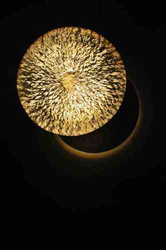 «Stéphane Thidet travaille souvent avec des éléments naturels. Pour cette installation qui a donné son nom à l'exposition, les rayonnements du Soleil sont transformés en vibrations qui viennent perturber deux disques en bronze. Ces données sont captées en temps réél par le télescope à Lanihuli (Hawaï), et sont retranscrites en vibrations sonores et lumineuses dans l'espace de l'exposition.»