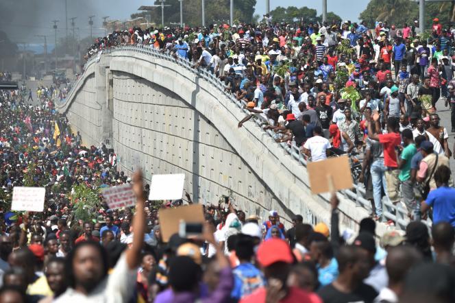 Des manifestants défilent dans les rues de Port-au-Prince, le 7 février.