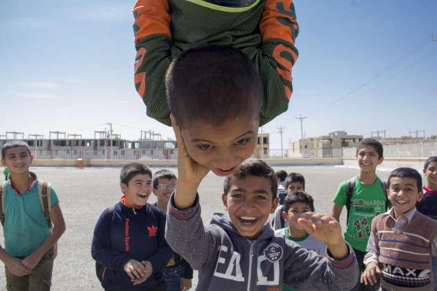 Des écoliers jouent dans la cour de leur école, située à Shadegan, dans la province iranienne du Khouzestan, en mars 2018.