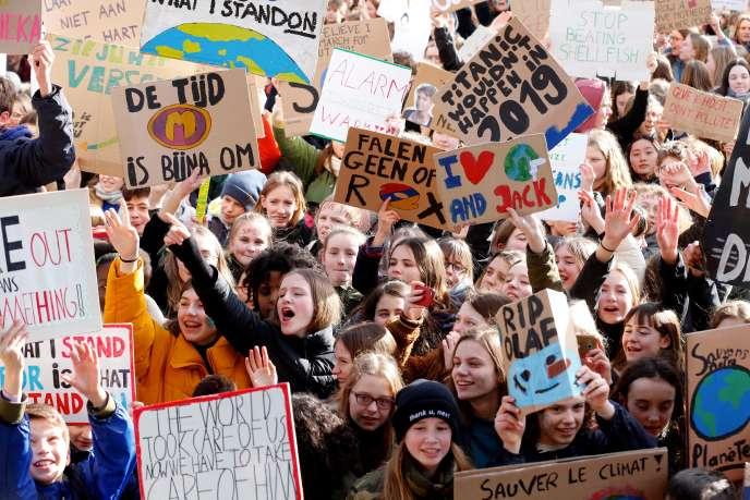 """« Le naufrage du """"Titanic"""" n'arriverait pas en 2019», proclamaient notammentles pancartes brandies par ces jeunes venus de tous les Pays-Bas."""