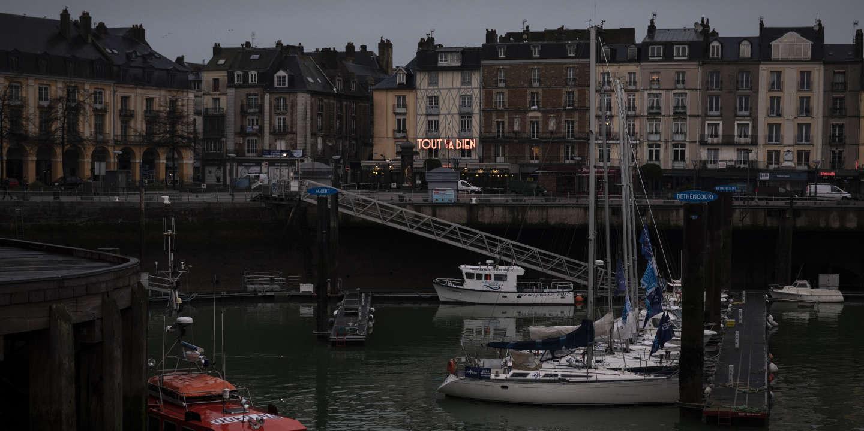 Le café Tout Va Bien est une institution de la ville de Dieppe.  La ville de Dieppe dépend fortement du commerce avec le Royaume-Uni, via la liaison par ferry avec Newhaven, dans le sud de l'Angleterre. Alors que le Brexit se profile, les habitants craignent que la ville ne souffre de complications résultant d'un