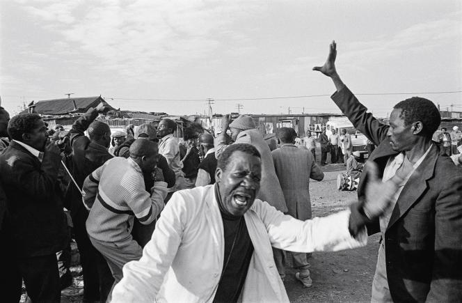 Les photographies de ce portfolio font partie de la série «Dukathole», de Santu Mofokeng. Elles ont été prises en 1988 à Dukathole (Old Germiston), township de la banlieue est de Johannesburg, où furent déportées des familles métisses et noires.