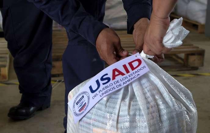 L'aide états-unienne afflue en réponse à l'appel à l'aide du chef du Parlement, l'opposant Juan Guaido, qui s'est autoproclamé président par intérim du Venezuela.