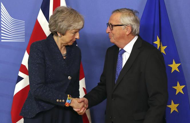 La première ministre britannique, TheresaMay et le président de laCommission européenne, Jean-ClaudeJuncker, à Bruxelles, le 7 février.