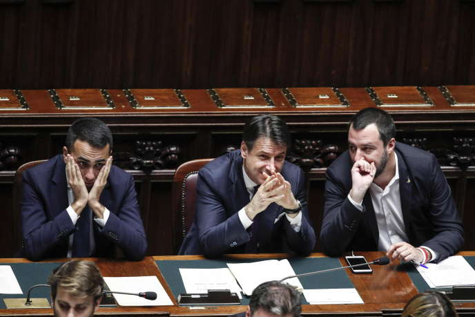Giuseppe Conte entouré deLuigi Di Maio et Matteo Salvini, à Rome, le 21 novembre 2018.