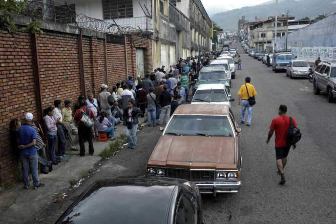 Des Vénézuéliens attendent devant un supermarché, à San Cristobal, le 10 novembre 2018.