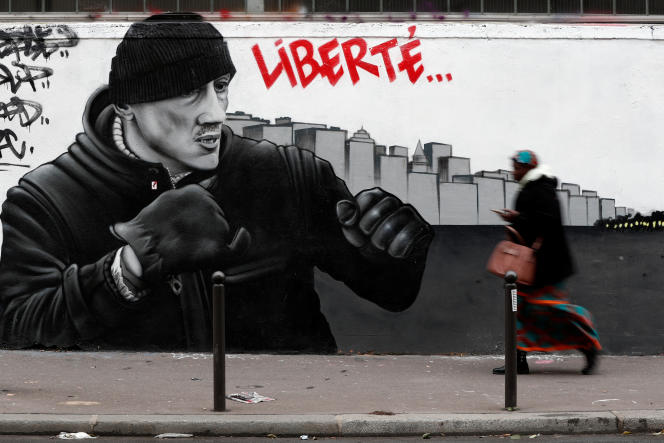 Une fresque demandant la libération de Christophe Dettinger, à Paris, en février.