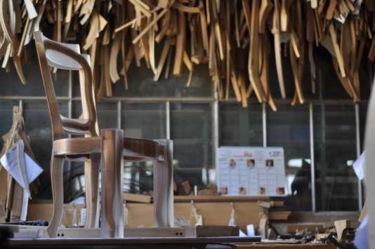 Le modèle «Liffoloise», mêlant bois et résine et styles ancien et contemporain, a été créé par Sacha Tognolli à l'atelier de la manufacture Laval, sise à Liffol-le-Grand (Vosges).