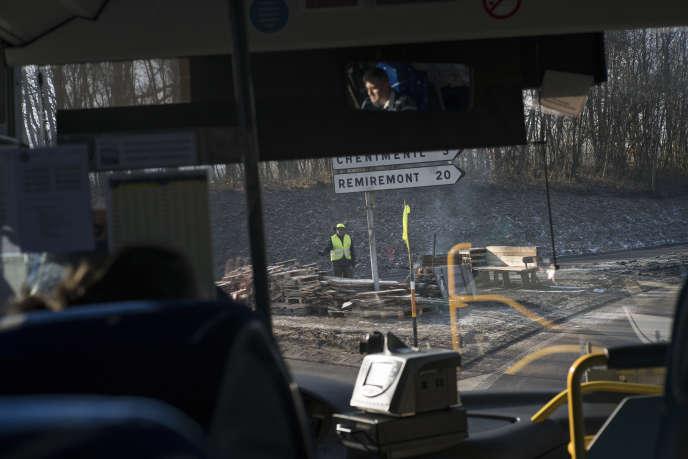 Des « gilets jaunes» sur un rond point, vus depuis le bus reliant Epinal à St-Dié-des-Vosges, 5 février. A cause dela vétusté des voies, le TERne passe plus depuis le 22 décembre 2018.