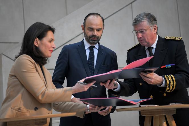 Edouard Philippe (au centre), le premier ministre, aux côtés de la présidente des Pays de la Loire,Christelle Morançais, et du préfet de région, Claude d'Harcourt, lors de la signature du contrat d'avenir pour les Pays de la Loire, à Nantes le 8février2019.