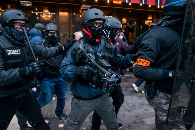 Un policier en civil muni d'un lanceur de balles de défense(LBD)lors de la manifestation des« gilets jaunes» à Paris, le 2 février.