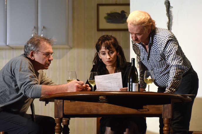 Philippe Torreton, Rachida Brakni et Vincent Garanger dans«J'ai pris mon père sur mes épaules», de Fabrice Melquiot, mis en scène parArnaud Meunier.