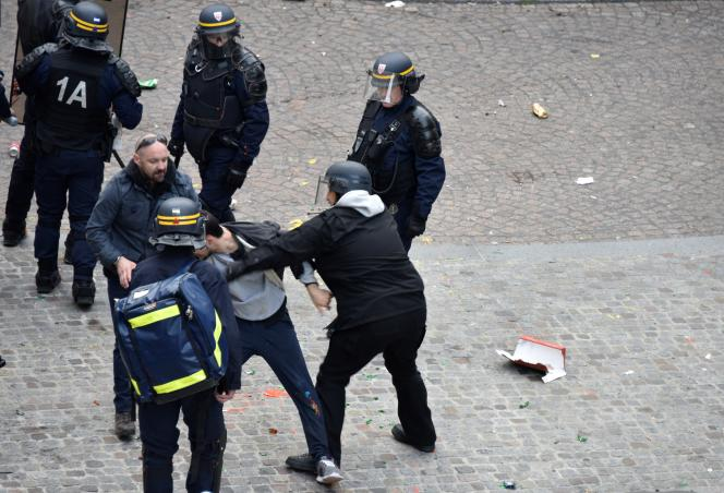Le 1er mai 2018, place de la Contrescarpe à Paris. L'ancien chef de la sécurité d'Emmanuel Macron, Alexandre Benalla, est photographié en train d'agripperGeorgios D.