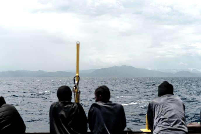 Des migrants recueillis à bord de« L'Aquarius» regardent les côtes espagnoles, le 14juin 2018.
