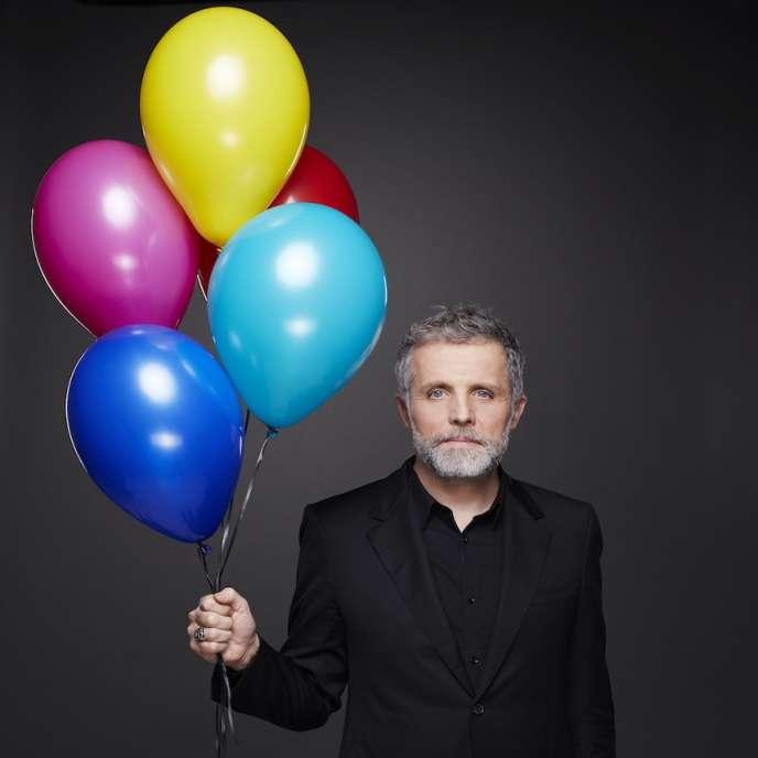 L'humoriste Stéphane Guillon fait ses « Premiers adieux» sur scène à Paris.