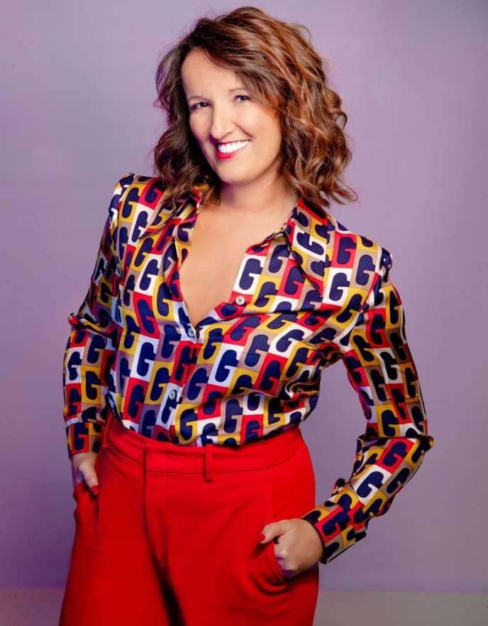 Le nouveau look de l'humoriste Anne Roumanoff, avecune chemise«arty»et un jean élégant.