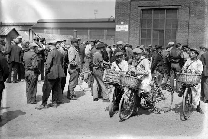 Des ouvriers grévistes occupent leur usine, en mai 1936, pendant le Front populaire.