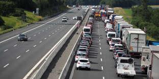 Un embouteillage de véhicules sur l'autoroute A9 près de Muenchberg, dans le sud de l'Allemagne, le 3 juillet 2017.