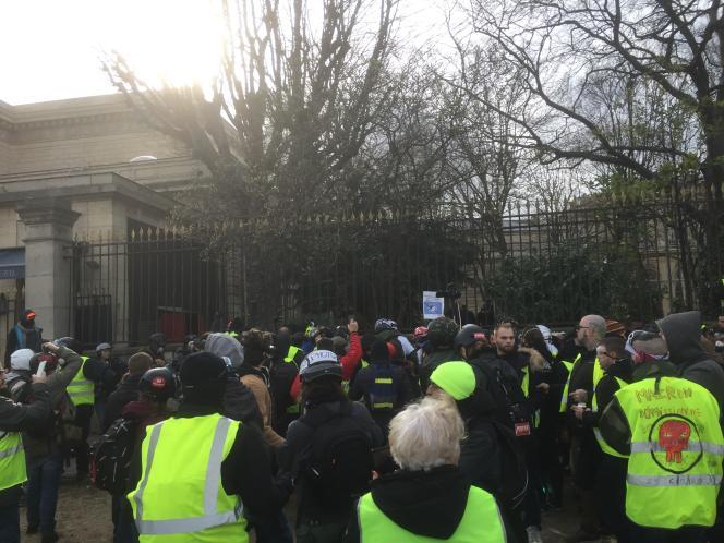 Des heurts éclatent entre« gilets jaunes» et forces de l'ordre devant l'Assemblée nationale, samedi 9 février 2019.