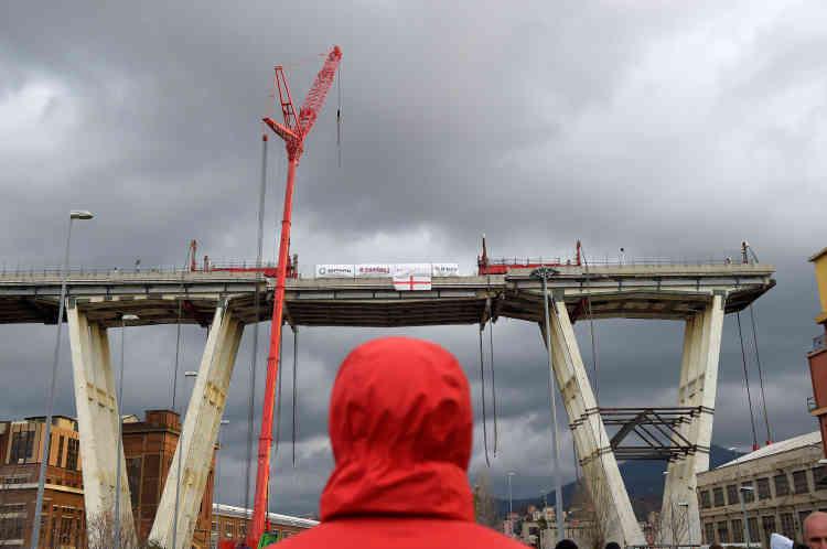 Quatre puissants vérins, les mêmes qui avaient été utilisés pour redresser l'épave dupaquebot «Costa-Concordia», ont été utilisés pour sécuriser la descente du tronçon samedi matin.